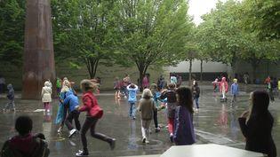 Des enfants jouent dans la cour d'une ecole primaire de la region parisienne. (MAXPPP)