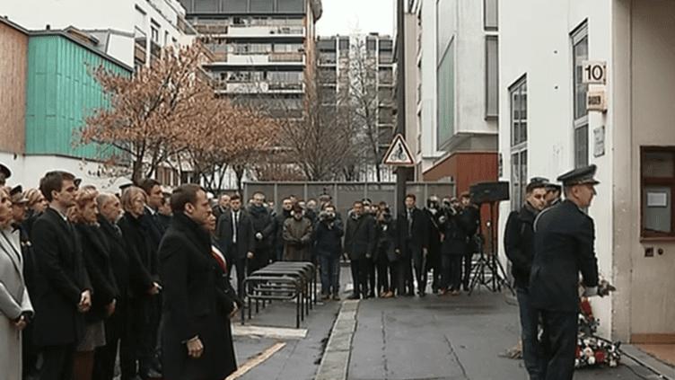 """Emmanuel Macron, la maire de Paris Anne Hidalgo et plusieurs membres du gouvernement rendent hommage aux victimes de """"Charlie Hebdo"""", dimanche 7 janvier 2018 à Paris. (FRANCEINFO)"""
