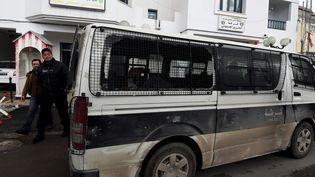 Un véhicule de la police tunisienne endommagé lors des manifestations à Tebourba, le 11 janvier 2018. (FETHI BELAID / AFP)