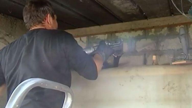 Un employé procède au remplissage d'une cuve de fuel. (FRANCE 3)
