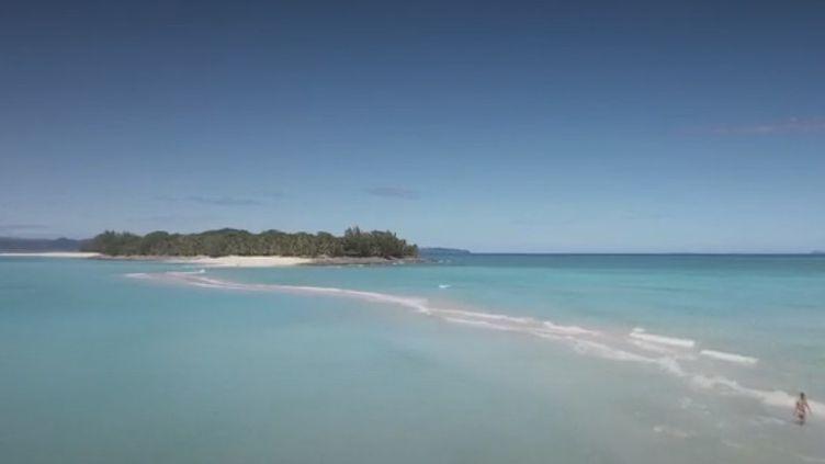 Au nord-ouest de Madagascar, Nosy Iranja est un banc de sable immaculé qui relie deux îlots à marée basse. Mais l'île a bien d'autres trésors, notamment,sabiodiversité exceptionnelle. (FRANCE 2)