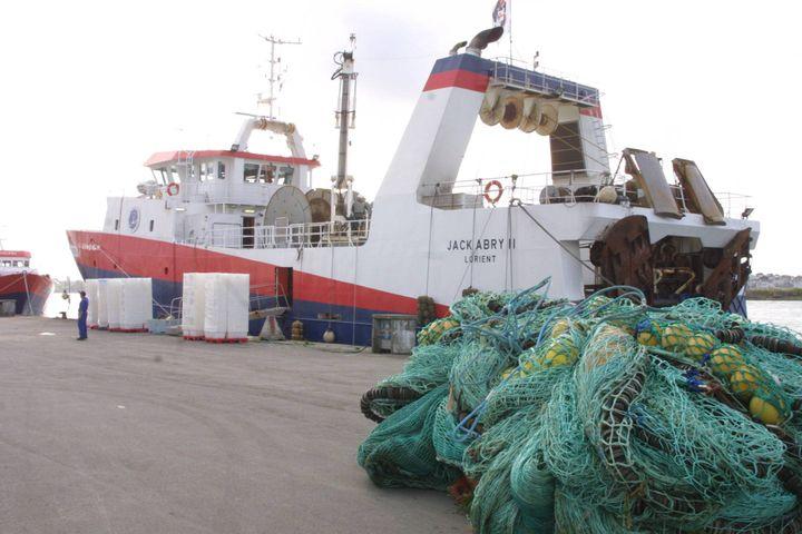 """Le """"Jack Abry II"""", un chalutier de la Scapêche, le 18 juin 2007 à Lorient (Morbihan). ( MAXPPP)"""