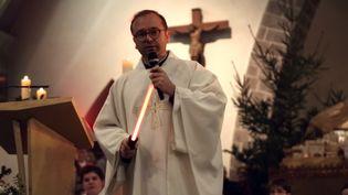 Le prêtre Nicolas Guillou avec un sabre Star Wars lors de la messe de Noël, à Saint-Erblon (Ille-et-Vilaine), le 24décembre2015. (NICOLAS GUILLOU)