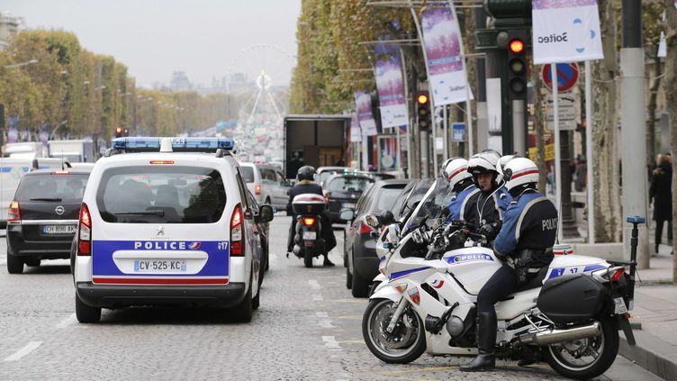 Des policiers patrouillent sur les Champs-Elysées, le 18 novembre 2013 à Paris. (CHRISTOPHE ENA / AP / SIPA)