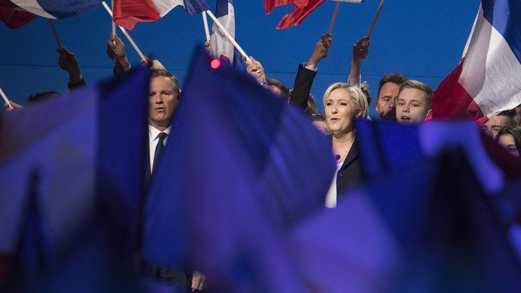 La candidate du FN à la présidentielle Marine Le Pen et son soutien Nicolas Dupont-Aignan, en meeting commun au Parc des Expositions de Villepinte, le 1er mai 2017. (JOEL SAGET / AFP)