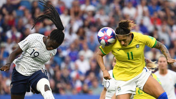 La FrançaiseGriedge Mbock Bathy et la BrésilienneCristiane pendant le 8e de finale de Coupe du monde dimanche 23 juin 2019 au Havre. (FRANCK FIFE / AFP)