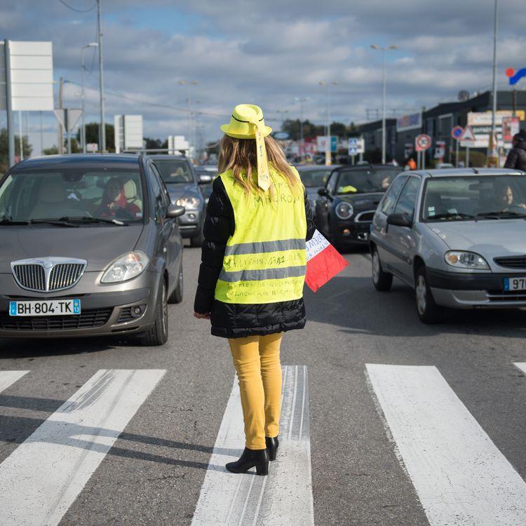 """Une miliante """"gilet jaune"""" à Cabries, près de Marseille, le 17 novembre 2019. (CLEMENT MAHOUDEAU / AFP)"""