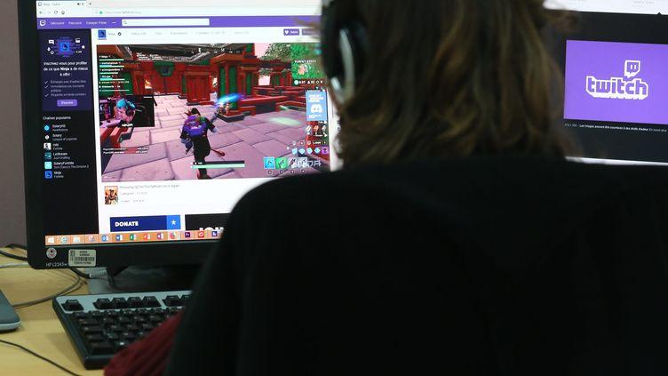 Une personne joue sur la plateforme de jeux vidéo Twitch, à Mulhouse (Haut-Rhin), le 15 mars 2019. (MAXPPP)