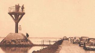 Depuis cinquante ans, l'île de Noirmoutier (Vendée) n'est plus tout à fait une île grâce à un pont qui la relie au continent. Mais il est toujours possible d'emprunter un chemin au milieu de l'océan. (FRANCE 3)