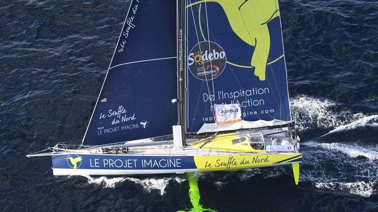 """Le bateau catégorie """"Imoca"""" de Thomas Ruyant, le 23 septembre 2016, au large des côtes de Lorient. (DAMIEN MEYER / AFP)"""