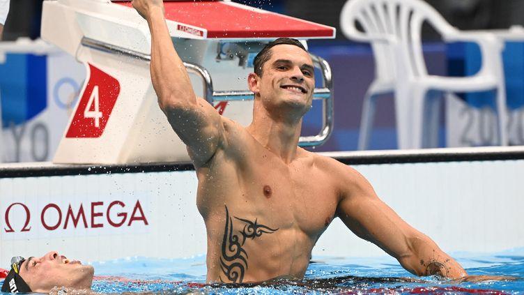 La joie de Florent Manaudou après sa 2e place sur le 50 mètres nage libre, dimanche 1er août à Tokyo. (ATTILA KISBENEDEK / AFP)