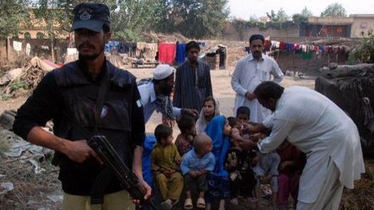 Vaccination contre la polio sous haute protection au Pakistan, en 2013. (KHAN RAZIQ / ANADOLU AGENCY)