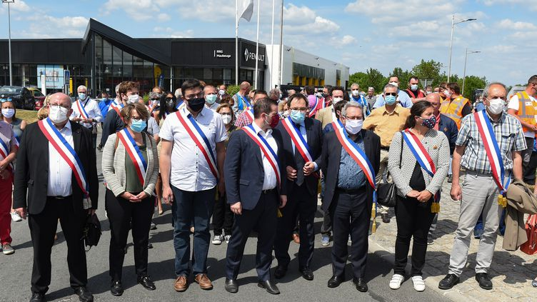 Les élus locaux, autour du maire de MaubeugeArnaud Decagny, lors d'une manifestation devant l'usine Renault, le 26 mai 2020. (THOMAS LO PRESTI / AFP)