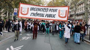 Des personnels hospitaliers manifestent pour davantage de moyens pour l'hôpital public, le 14 novembre 2019 à Paris. (PHILIPPE LABROSSE / HANS LUCAS / AFP)