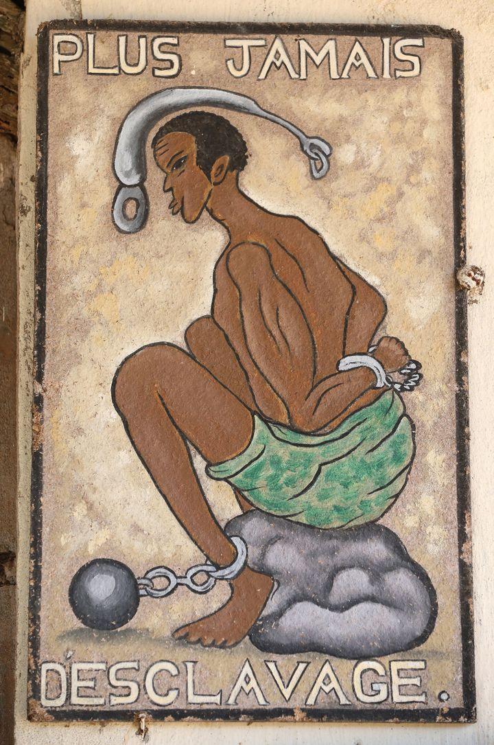 Image présentée à la Maison des esclaves à Agbodrafo, sur la face maritime du Togo. Initialement, ce lieu appartenait à un commerçant et négrier anglais. Photo prise le 18 juillet 2017.   (AFP - PASCAL DELOCHE)