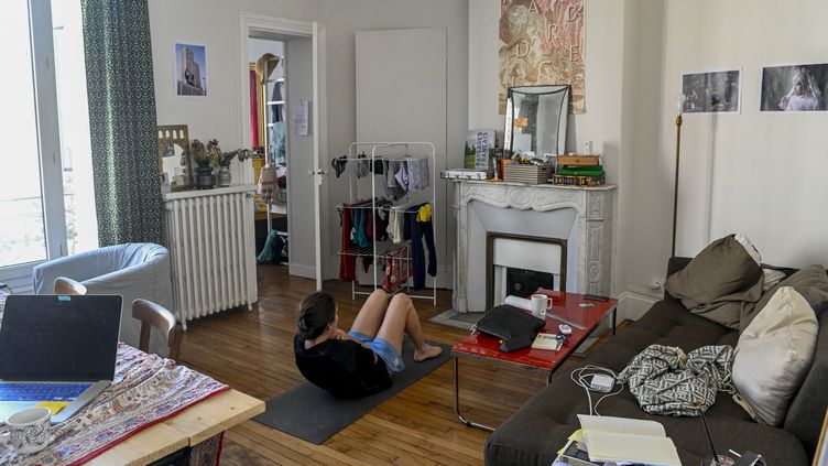 De nombreux Français se sont équipés pour faire du sport à la maison (ici à Montreuil le 22 avril 2020) pendant le premier confinement. (REMI DECOSTER / HANS LUCAS)