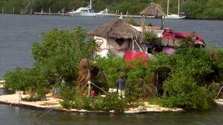 Un homme a construit sa propre île avec des bouteilles recyclées. (FRANCE INFO TV)