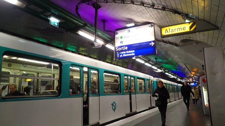 Une rame de métro de la ligne 12 à la station Montparnasse, à Paris, le 30 novembre 2016. (MAXPPP)