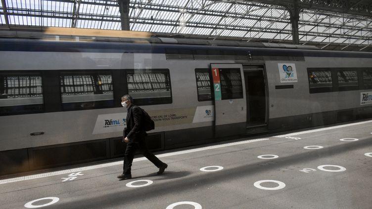 Un TER Centre Val-de-Loire stationne à la gare de Tours le 8 août 2021. (MAGALI COHEN / HANS LUCAS)