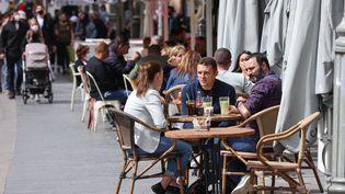 Des habitants à une terrasse de café à Jerusalem, le 9 mars 2021. (EMMANUEL DUNAND / AFP)