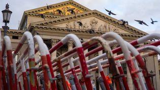 Munich, le 28 octobre 2020. Les barrières policières devant l'Opéra situé au coeur de la ville, fermé pour cause de reconfinement partiel à partir du 2 novemnbre 2020. (PETER KNEFFEL / DPA)