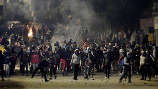 Affrontements entre jeunes et forces de l'ordre à Ettadhamen, dans la banlieue de Tunis, le 18 janvier 2021.  (FETHI BELAID / AFP)