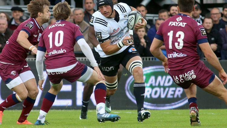 Le joueur de rugby de Brive, Petrus Hauman (en blanc), lors d'une rencontre de Top 14, le 15 avril 2017. (DIARMID COURREGES / AFP)