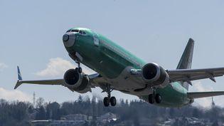 Un Boeing 737 Max décolle de l'aéroport de Renton, à Washington, le 22 mars 2019. (STEPHEN BRASHEAR / GETTY IMAGES NORTH AMERICA / AFP)