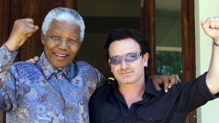Nelson mandela et Bono de U2, le 25 mai 2002 à Johannesbourg.  (Juda Ngwenya / AP / SIPA)
