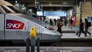 Des passagers marchentsur le quai avant de monter dans un train à la gare Montparnasse à Paris, le 3 avril 2021. (STEPHANE DE SAKUTIN / AFP)