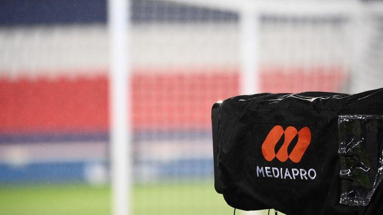 Une caméra du groupe Mediapro, avant le match de football entre le PSG et Lyon, le 13 décembre 2020 au Parc des Princes à Paris. (FRANCK FIFE / AFP)