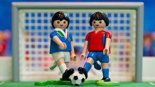 Une image qui montre des playmobiles footballeurs Italiens et Espagnols. (DANIEL KARMANN / DPA)
