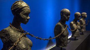 """Cette photo prise le 8 mai 2015 montre une pièce intitulée """"Chaîne d'esclaves à quatre jougs"""" datant du XIXe siècle, exposée au Memorial ACTe, le centre d'expression et de mémoire de l'esclavage des Caraïbes, à Point-à-Pitre (Guadeloupe).  (AFP)"""