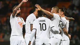 Les joueurs du Losclors du match de Ligue 1 entre Lille et Lorient, le 10 septembre 2021. (FRED TANNEAU / AFP)