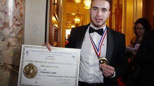 Armando Curri, un Albanais de 19 ans, reçoit son prix de meilleur apprenti de France, au Sénat, à Paris, le 4 mars 2015. (THOMAS SAMSON / AFP)