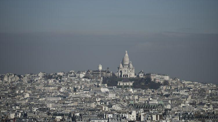 La Sacré Coeur à Paris lors d'un pic de pollution, le 14 mars 2017. (PHILIPPE LOPEZ / AFP)