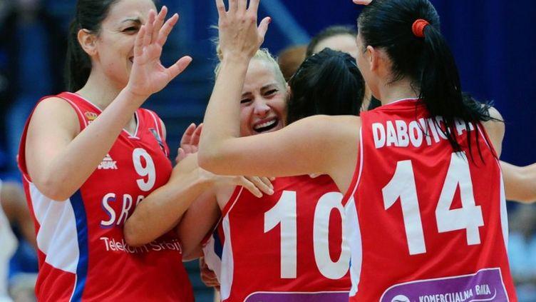 Le bonheur des joueuses serbes (ATTILA KISBENEDEK / AFP)