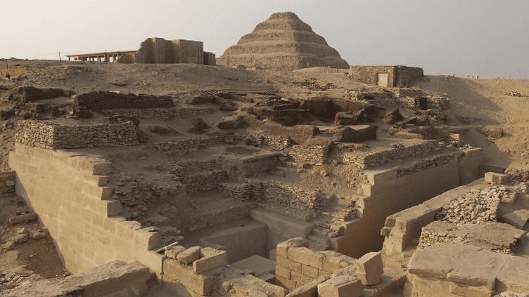 """Site égyptien de Saqqarah où a été retrouvé l'emplacement de la mastaba d'Ahkethétep  (Vidéo officielle de la campagne """"Tous mécènes! Tous archéologues..."""" du Louvre)"""
