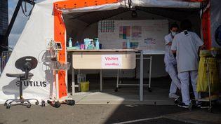 Une tente médicale devant les urgences de l'hôpital de Dumbea (Nouvelle-Calédonie), le 16 mars 2021. (THEO ROUBY / AFP)