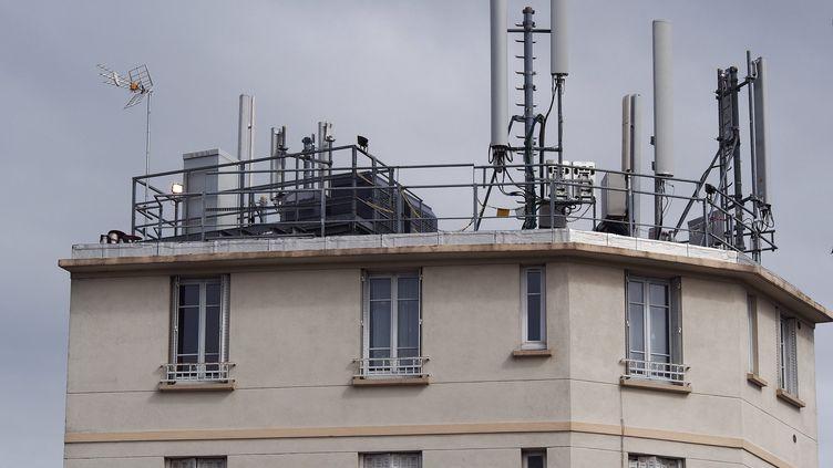 Des antennes relais pour la téléphonie mobile, sur le toit d'un immeuble d'habitation, à Gentilly (Val-de-Marne), le 7 septembre 2013. (MAXPPP)