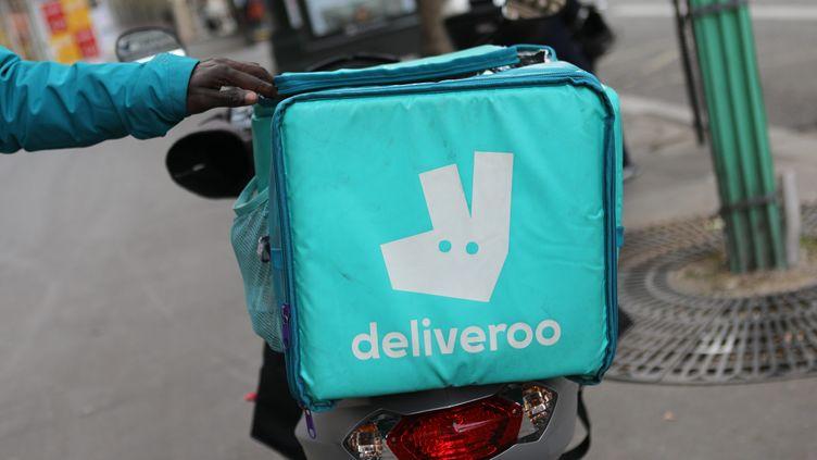 Un sac de transport de repas Deliveroo (photo d'illustration). (AURELIE LADET / MAXPPP)