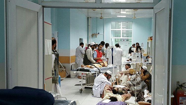 Des médecins de l'ONG Médecins sans Frontières dans l'hôpital de Kunduz (Afghanistan), avant qu'il ne soit bombardé le 3 octobre 2015. (MSF / AFP)