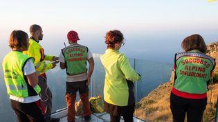 Les sauveteurs italiens réunis pour coordonner la récupération du corps du randonneur français Simon Gautier, le 19 août 2019 à San Giovanni a Piro, au sud de l'Italie. (ELIANO IMPERATO / AFP)
