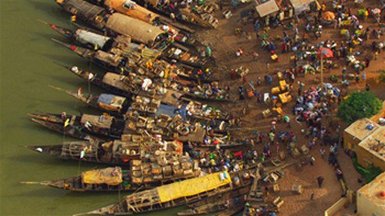 Pirogues dans le port de Mopti sur fleuve Niger, Mali (© DR - Yann ARTHUS-BERTRAND)