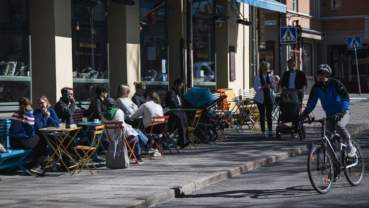 Des suédois en terrasses, à Stockholm, le 21 avril 2020. (JONATHAN NACKSTRAND / AFP)