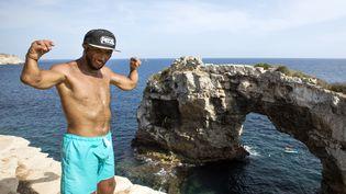 Le champion de handi-escalade Philippe Ribière devant le rocher Es Pontas, sur l'île espagnole de Majorque, le 28 août 2018. (JAIME REINA / AFP)