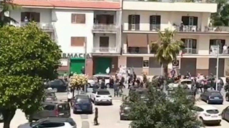 Coronavirus : en Italie, des obsèques choquent l'opinion publique en plein confinement (CAPTURE D'ÉCRAN FRANCE 3)