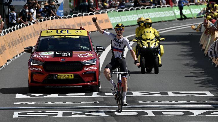 Matej Mohoric (Bahrain-Victorious) célèbre sa victoire à Libourne, sur la 19e étape du Tour de France 2021. (PHILIPPE LOPEZ / AFP)