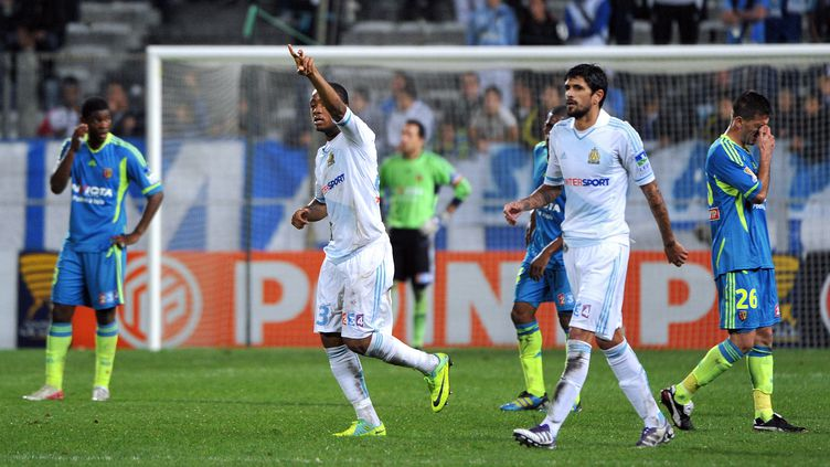 La joie des Marseillais Jordan Ayew et Lucho Gonzalez (en blanc) face au RC Lens, en 8e de finale de la Coupe de la Ligue (4-0 au Stade Vélodrome), le 25 octobre 2011. (Gérard Julien / AFP)