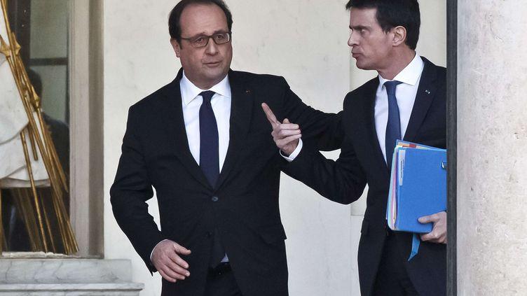 François Hollande et Manuel Valls à la sortie de l'Elysée, le 10 février 2016. (MICHEL EULER / AP / SIPA)